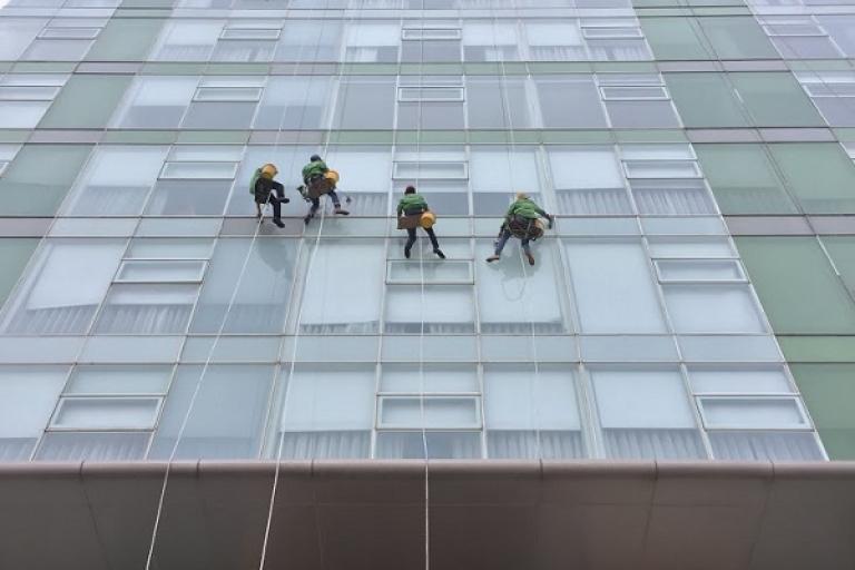 Dịch vụ lau kính nhà cao tầng - Bắn silicon kính - Bảo trì định kỳ